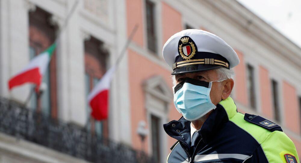 Un officier de police portant un masque de protection à Bari, en Italie