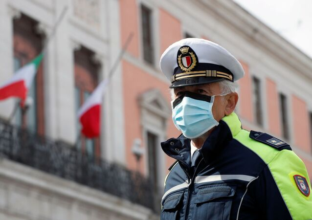 Un officier de police portant un masque de protection à Bari, en Italie