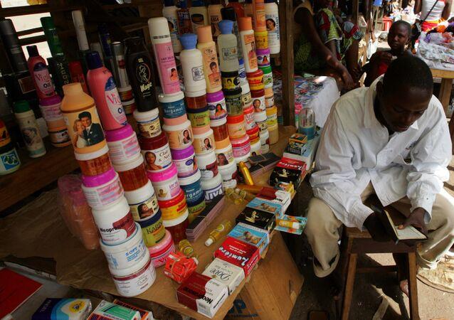 Un vendeur de produits coréens pour dépigmenter la peau sur le marché de Conakry au Niger.