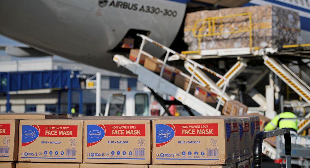 Déchargement de masques de protection d'un avion d'Air China