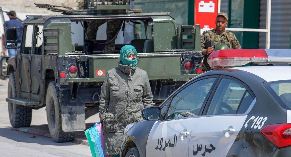 Une femme faisant ses courses devant des soldats durant le confinement.