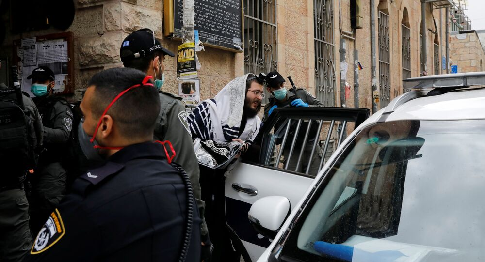 Un juif ultra-orthodoxe détenu par la police israélienne à Jérusalem en application des règles de confinement imposées par le gouvernement à la population