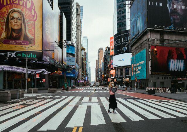 Une femme portant un masque  à New York