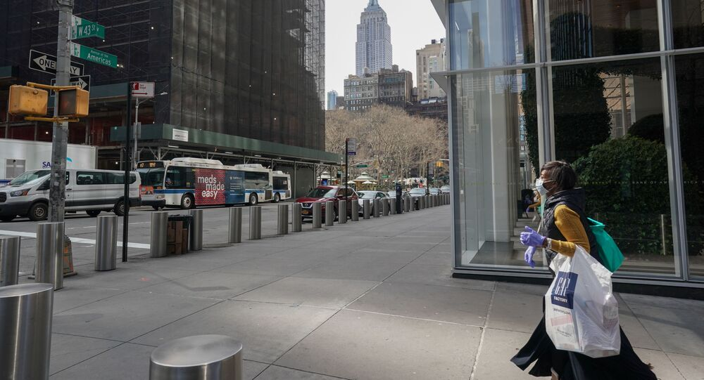Une femme portant un masque à New York