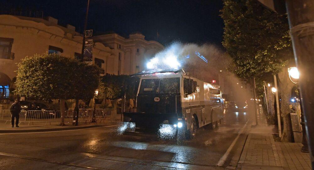 Pendant le couvre-feu en Tunisie, un camion désinfecte les rues.