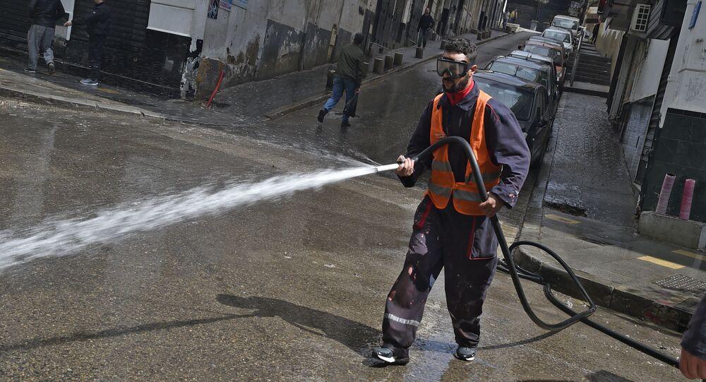 Un employé municipal désinfecte les rues à Alger.
