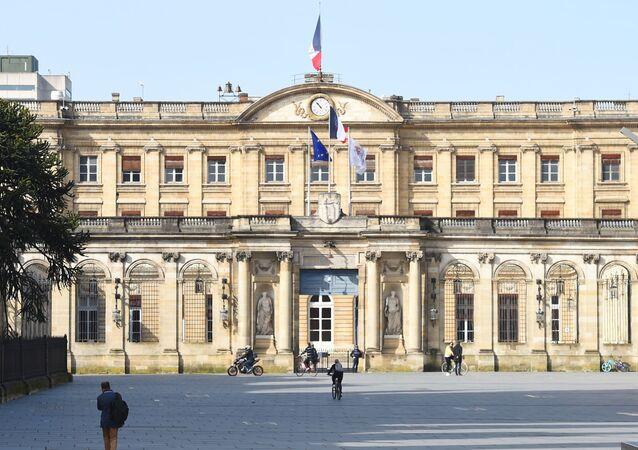 La place de la mairie de Bordeaux déserte pendant le confinement.