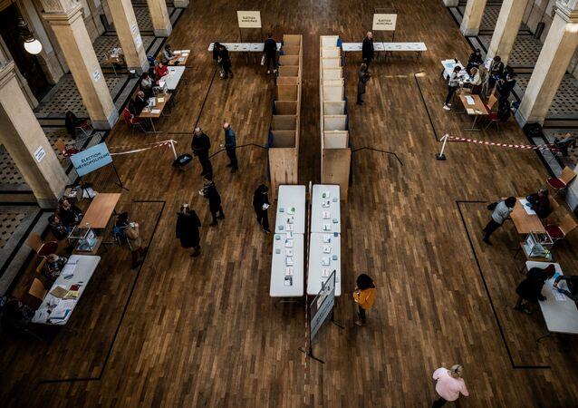 Un bureau de vote à Lyon, le 15 mars 2020