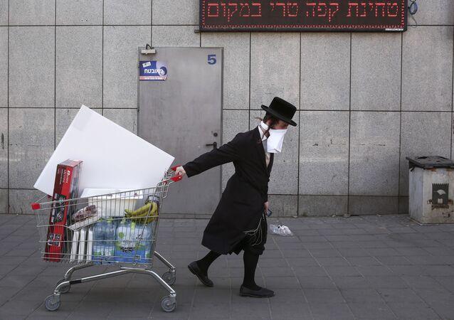 Juif orthodoxe portant un masque improvisé, Tel Aviv (image d'illustration)