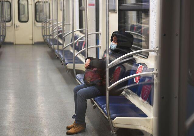 Un passager du métro de Moscou portant un masque