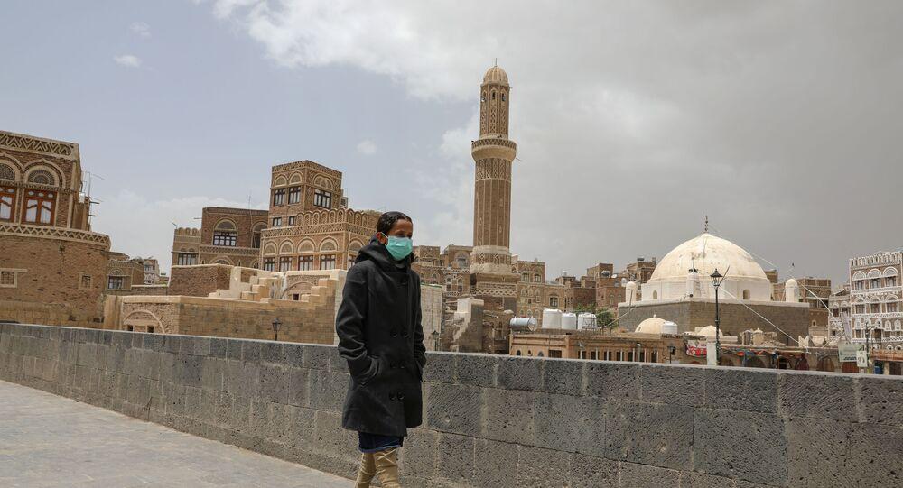 Une jeune femme en masque à Sanaa, Yémen