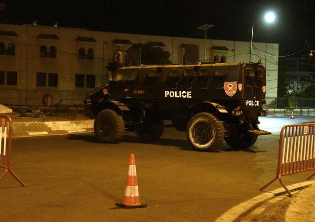 Un fourgon blindé de la police sénégalaise en surveillance à Dakar à la suite de la promulgation de l'état d'urgence par le Président.