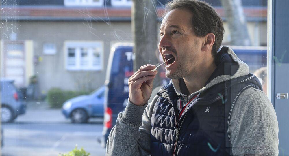 En Allemagne, un homme effectue lui-même son prélèvement pour se tester.