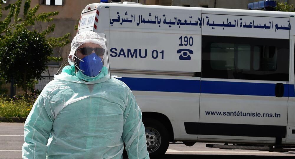 Un médecin du Samu tunisien en tenue de protection