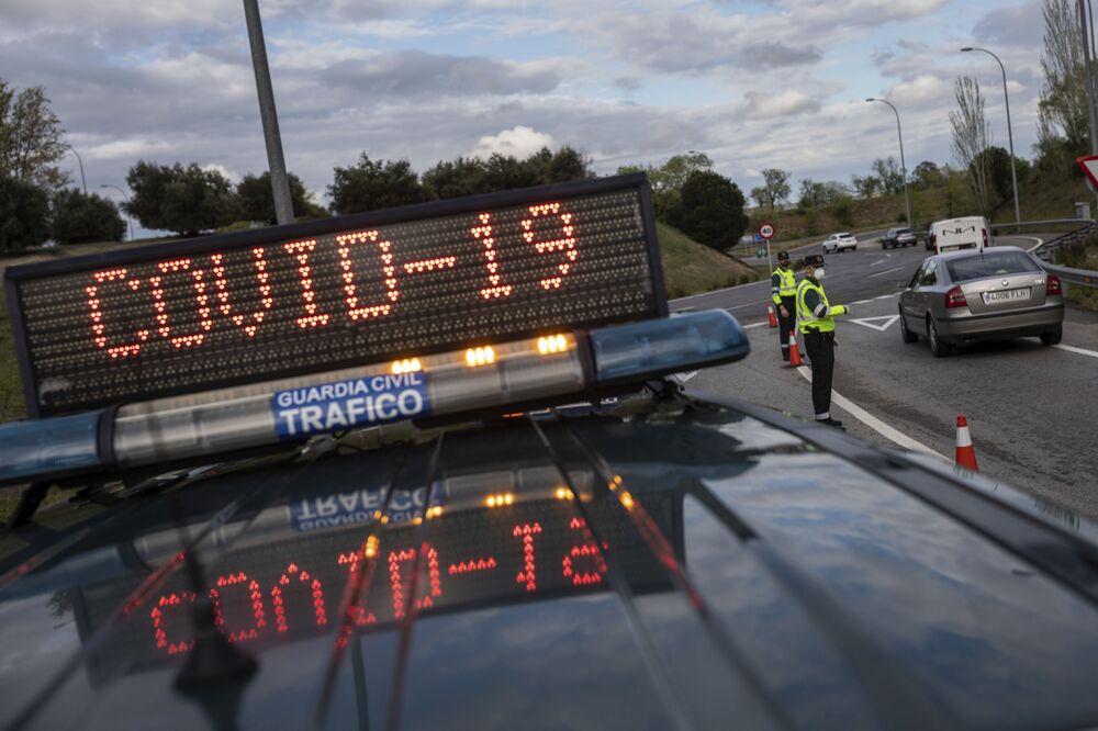 Policiers veillant sur le respect du confinement à Madrid