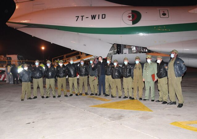 L' équipage d'un Il-76 de l'ANP à l'aéroport d'Alger