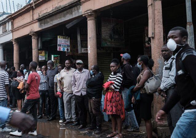 Des Kenyans font la queue pour prendre l'autobus avant le couvre-feu avant Nairobi.