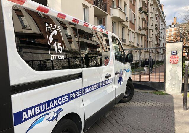 Une ambulance dans les rues de Paris