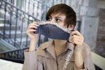 Дизайнер одежды Ольга Казакова из Краснодара шьёт на заказ дизайнерские трёхслойные защитные маски дома во время режима самоизоляции из-за коронавирусной инфекции.