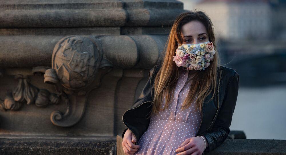 Une jeune femme portant un masque de protection à Prague