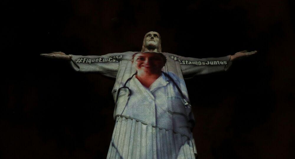 Covid-19: Statue du Christ Rédempteur«revêtue» d'une blouse de soignant