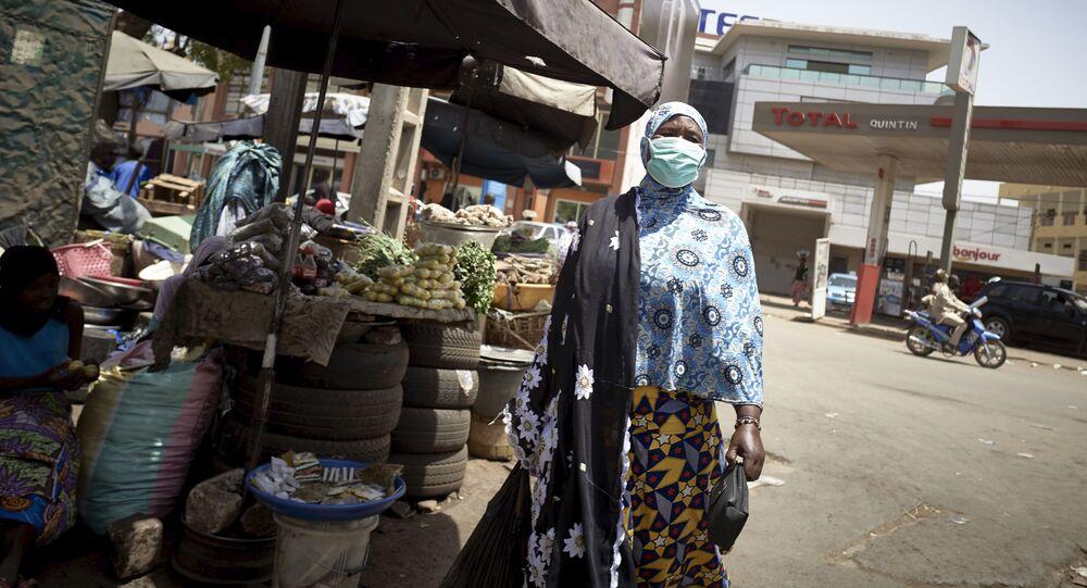 Une Malienne avec un masque de protection contre le coronavirus au marché central de Bamako.
