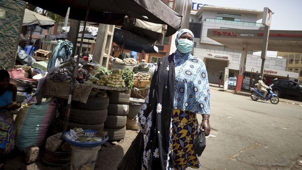 Une Malienne avec un masque de protection contre le coronavirus au marché central de Bamako. - Sputnik France