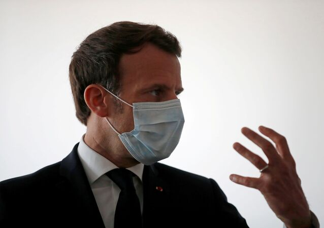 Emmanuel Macron portant un masque de protection