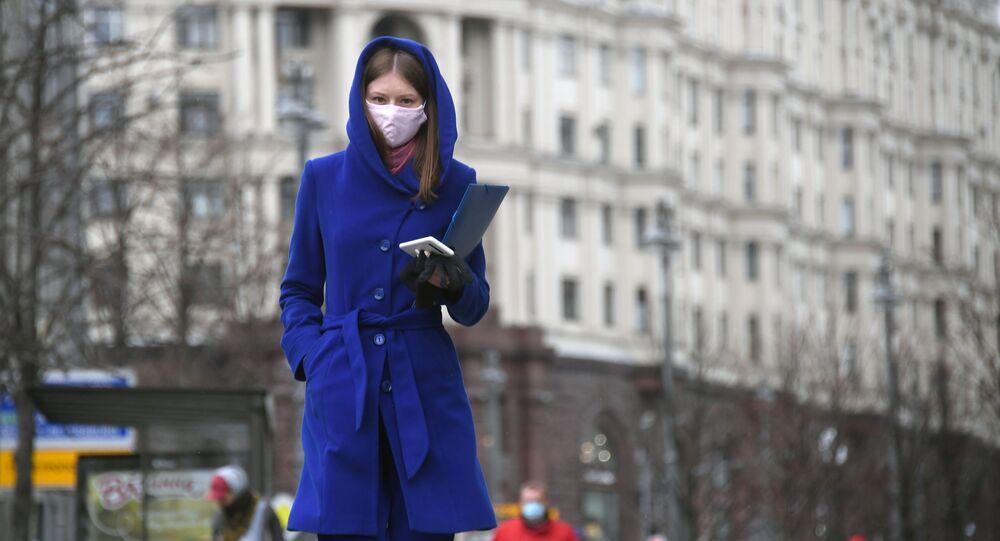 Une femme portant un masque de protection à Moscou