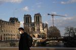 Un homme portant un masque à Paris, image d'illustration