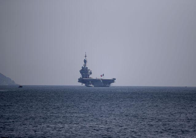 Le porte-avions Charles-de-Gaulle accoste à Toulon