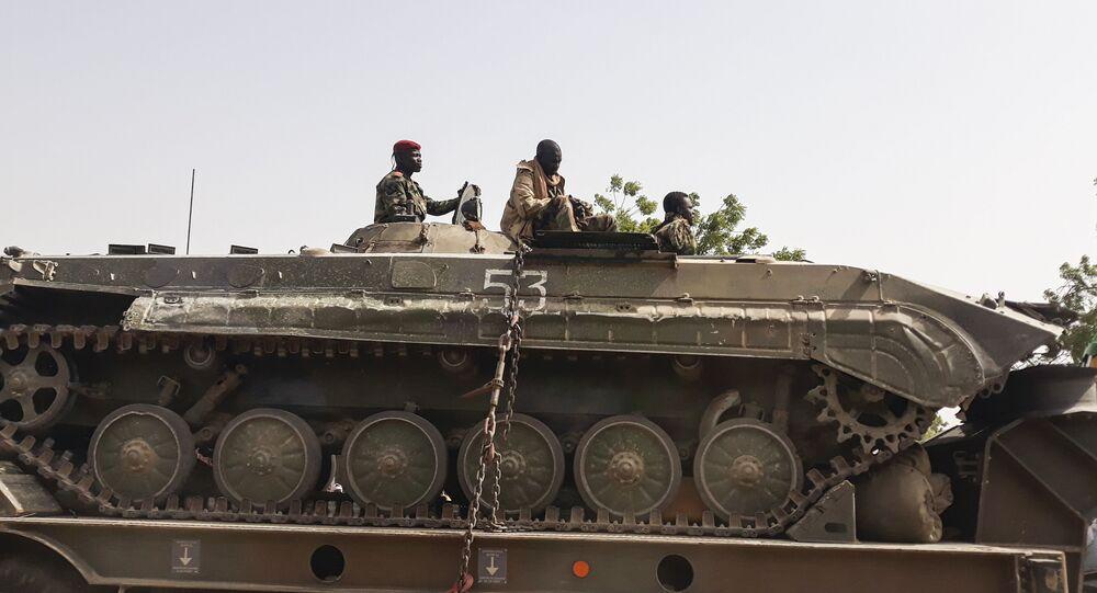 Des soldats de l'armée tchadienne sur un tank au retour d'une mission contre Boko Haram à la frontière du Nigeria.