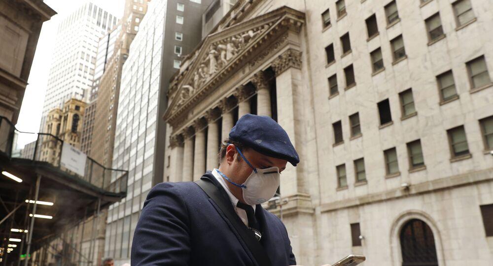 Un homme en masque à New York