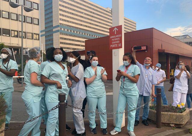 Les ambulanciers rendent hommage au personnel soignant à l'hôpital Henri-Mondor de Créteil
