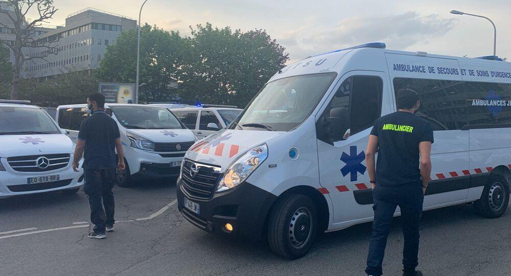 Les ambulanciers rendent hommage jeudi 16 avril au personnel soignant à l'hôpital Henri-Mondor de Créteil