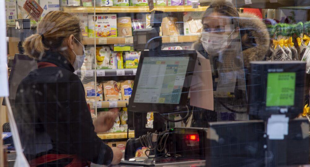 Une femme portant un masque dans un magazin à Paris