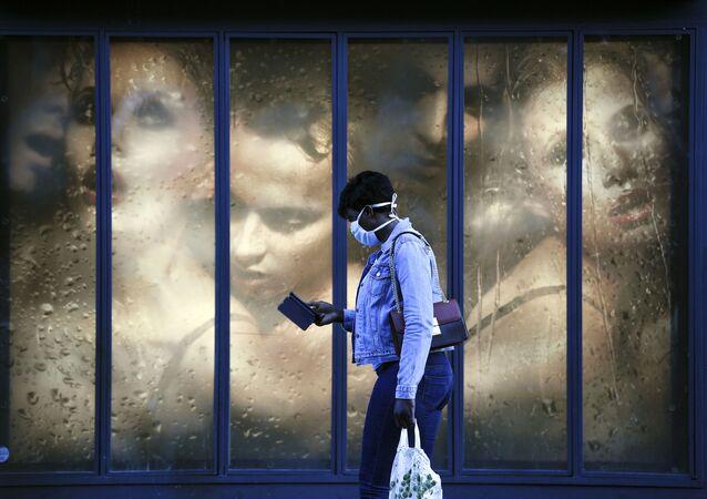 Une femme en masque de protection à Paris
