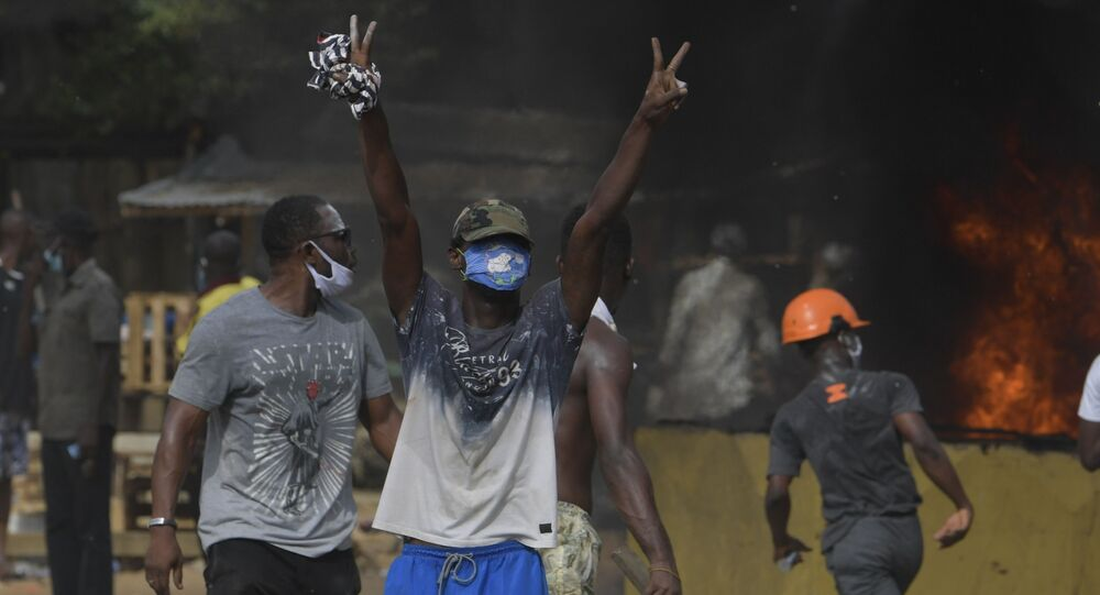 Des émeutes à Yopougon, dans la banlieue d'Abidjan contre la construction d'un centre de dépistage volontaire du coronavirus, le 6 avril 2020.