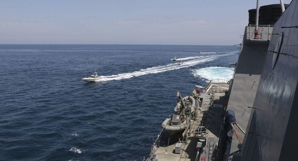 Des vedettes iraniennes s'approchent d'un navire US dans le golfe Persique, le 15 avril 2020