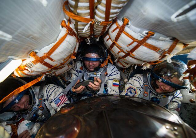Les trois membres d'équipage du Soyouz MS-15 après l'atterrissage