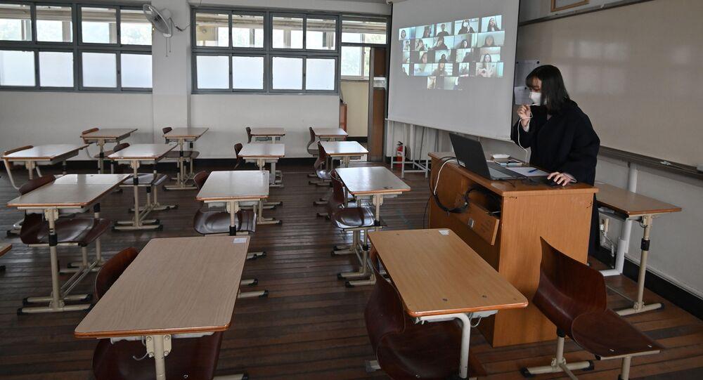 Une enseignante donne un cours virtuel.
