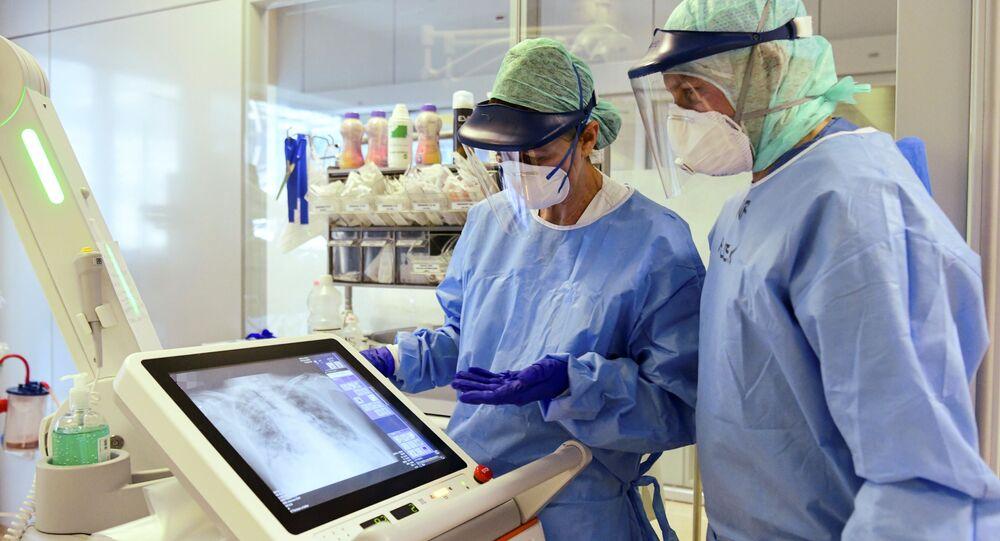 Personnel soignant en Italie en train de regarder un scan des poumons d'un patient atteint du Covid-19