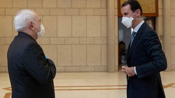 Министр иностранных дел Ирана Мохаммад Джавад Зариф  и президент Сирии Башар Асад  во время встречи в Дамаске  - Sputnik France