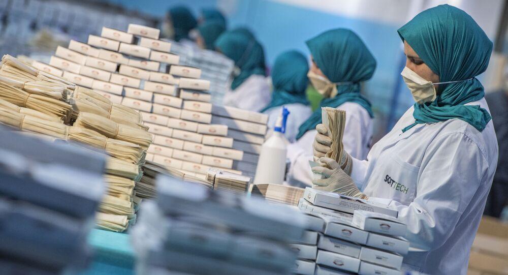 Des ouvrières empaquettent des masques de protection au Maroc