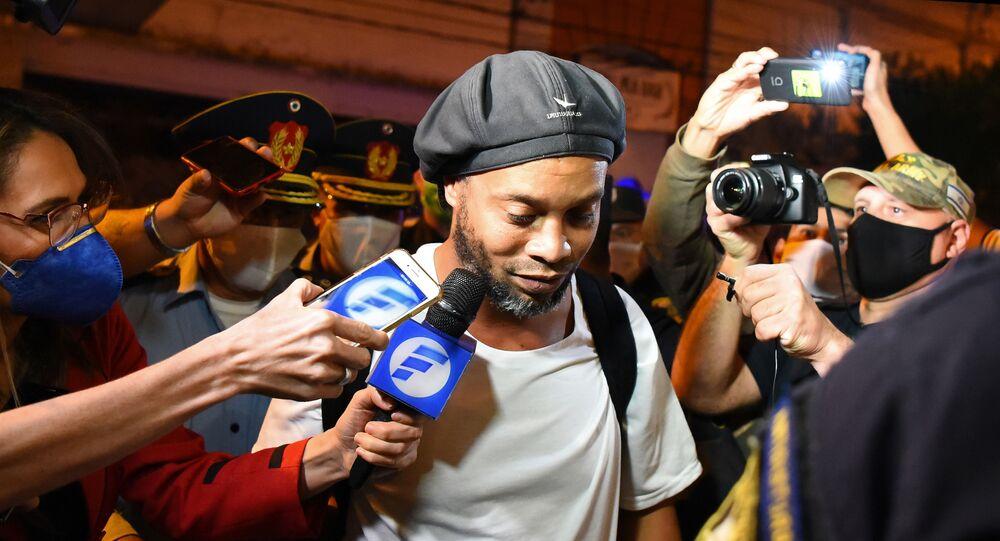 Ronaldinho arrive dans un hôtel d'Asuncion, au Paraguay