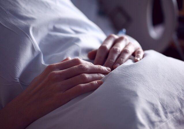 Les mains d'une femme (image d'illustration)