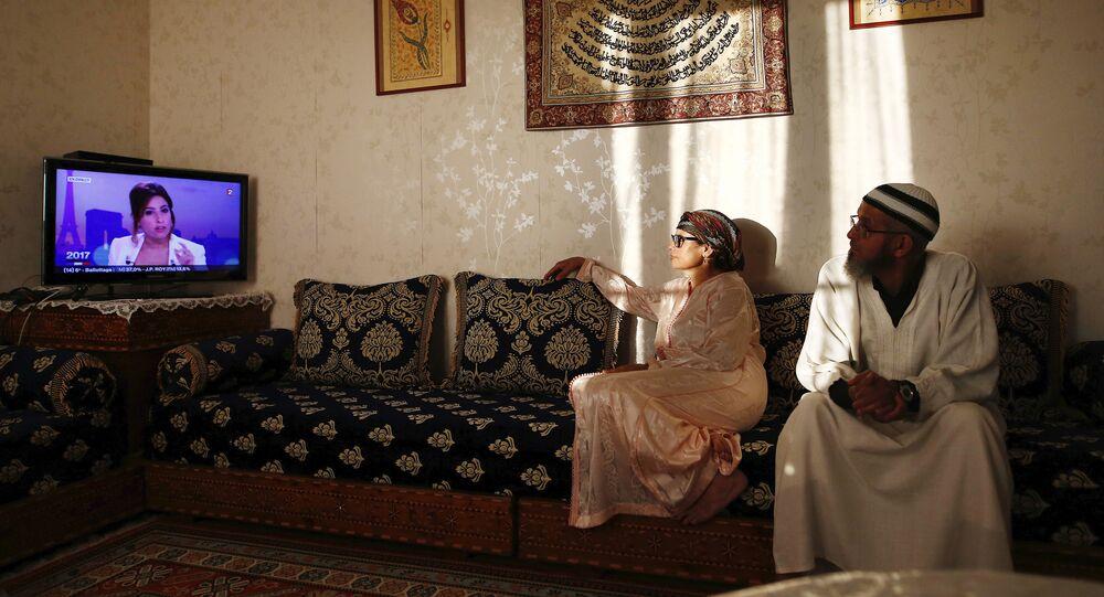 Un couple regarde une émission avant de rompre le jeûne du ramadan