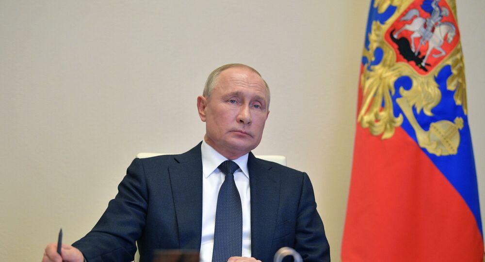Vladimir Poutine lors des consultations avec les chefs des régions, le 28 avril 2020