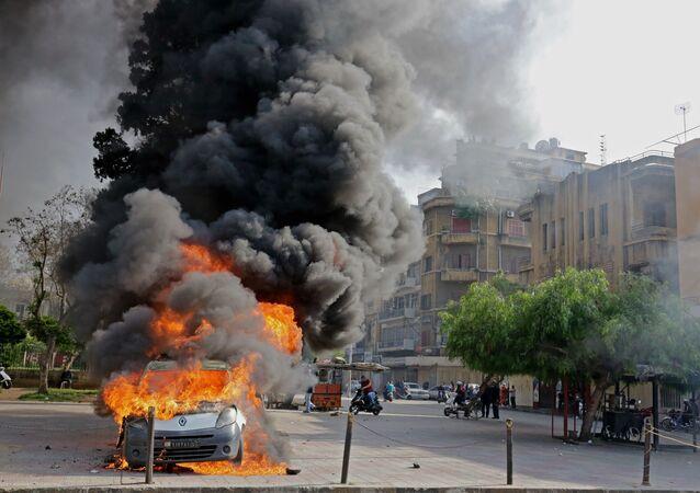 Un véhicule incendié à Tripoli lors des affrontements entre des manifestants et des soldats libanais, le 28 avril 2020