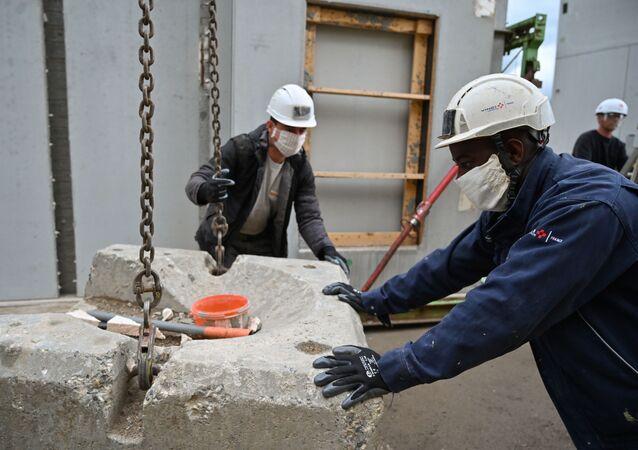 Travailleurs portant des masques sur un chantier à Chambery.